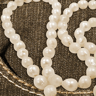 HOW TO WEAR YOUR PEARLS WITH JEANS